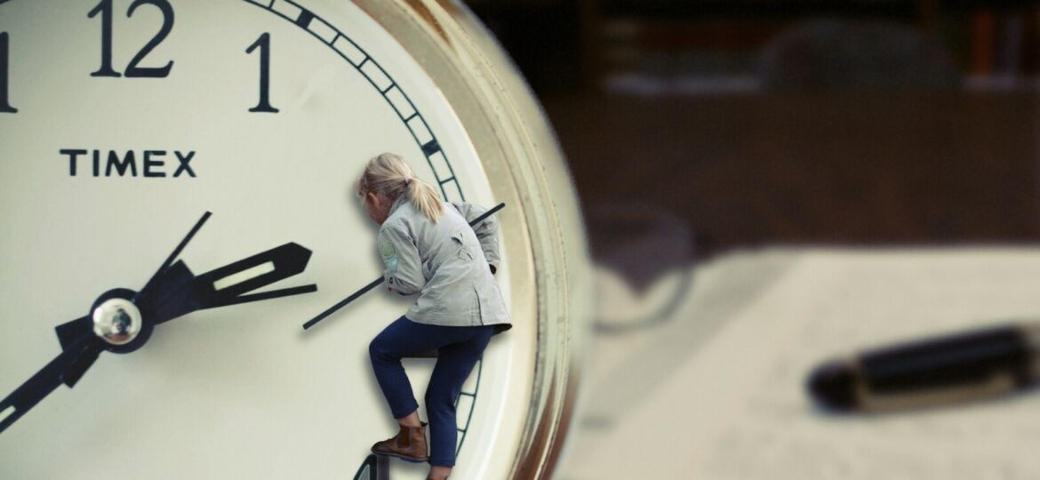 watch-hand-book-people-clock-time-1331674-pxhere.com